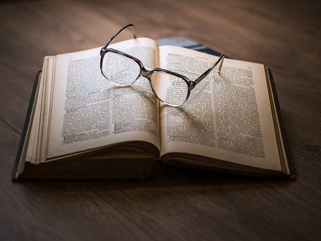 Studieren mit Brille und Buch